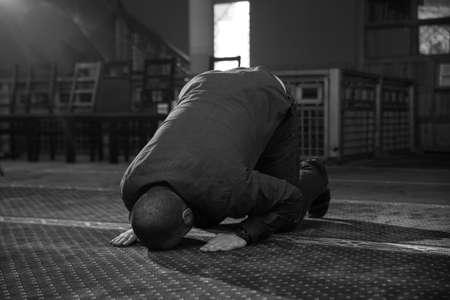 orando: Musulmanes orar en la mezquita