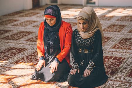 humilde: Mujeres musulmanas rezando