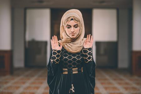 humilde: Joven musulmana orando humildemente Foto de archivo