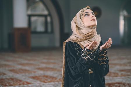 humilde: Mujer musulmana rezando con las palmas hacia arriba Foto de archivo