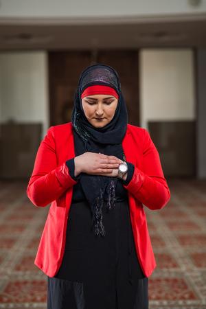 humilde: Young Muslim woman praying