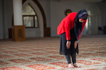 humilde: Humilde musulmana rezando Foto de archivo