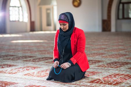 humilde: Mujer musulmana orando Foto de archivo