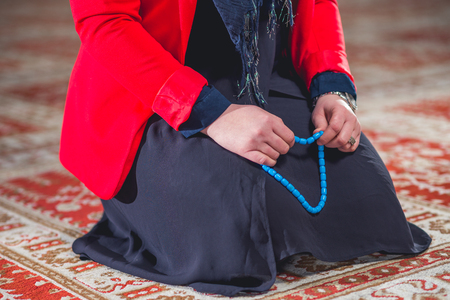 humilde: Humilde mujer musulmana orando