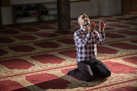 humble: Muslim man praying