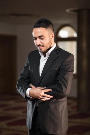 humilde: Humilde musulmán musulmán rezando