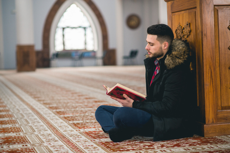 Humble Muslim reading Imagens