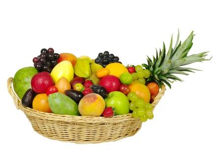 corbeille de fruits: Une grande vari�t� de fruits exotiques dans un panier  Banque d'images