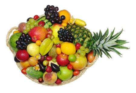 corbeille de fruits: Une grande vari�t� de fruits exotiques dans un panier photographi� de haut (isol�) Banque d'images