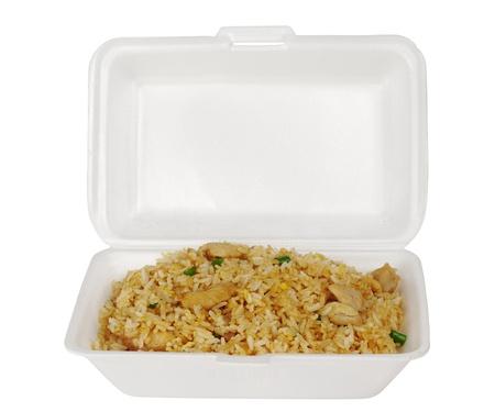 arroz blanco: Comida China para llevar: arroz frito con pollo (aislado en blanco)