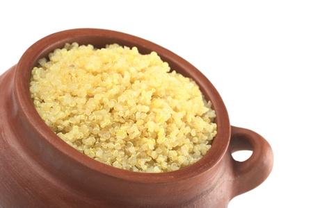 quinua: Cocido de quinua blanca en cuenco r�stico que puede consumirse como guarnici�n como arroz y es rico en prote�nas aisladas en blanco (enfoque selectivo, enfoque en el frente de la quinoa)