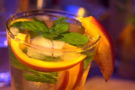 tomate de arbol: Tamarillo cóctel (muy superficial profundidad de campo, centrarse en la parte delantera de la hoja de menta y la parte frontal de la guarnición de tamarillo a la altura de la llanta de vidrio)