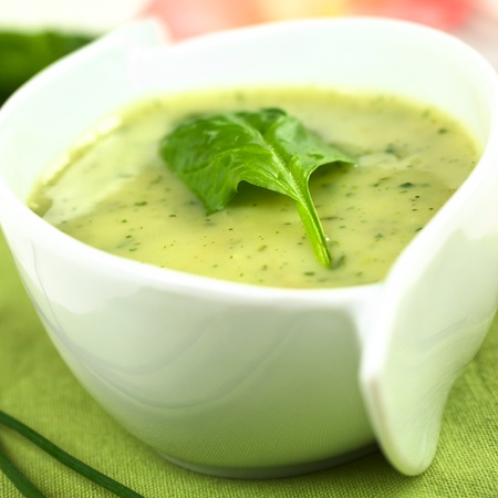 fresh spinach: Spinach cream soup with fresh spinach leaf on top (Selective focus, Focus on the left front edge of the leaf)