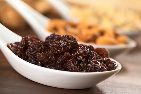 Raisins on ceramic spoon (Selective Focus, Focus on the raisin on the top) Banque d'images