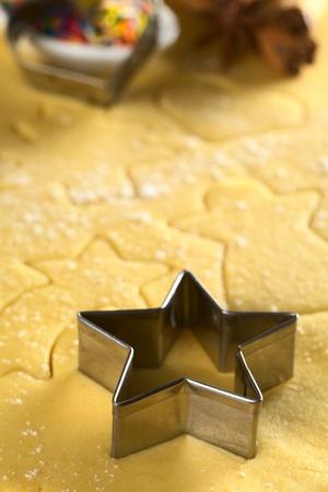En forma de estrella cortador de galletas y otras formas de Navidad cortados en masa (Enfoque, Enfoque en los dos bordes delanteros de la fresa en forma de estrella) Foto de archivo - 11095719