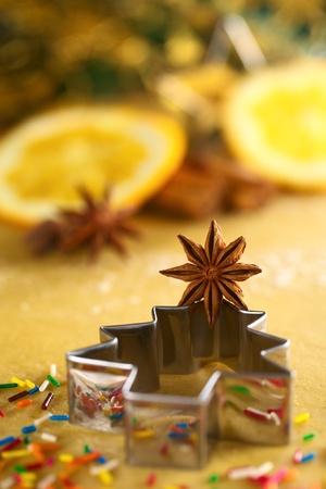 Sternanis am Weihnachtsbaum f�rmigen Ausstecher liegend auf Teig Stockfoto - 11150556
