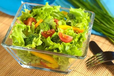 Verse groente salade van tomaat, broccoli, maïs, gele paprika en sla Stockfoto