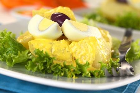 Aperitivo peruano llamado Papa a la Huancaína hecha de papas cocidas, la salsa de huancaína, huevos duros y aceitunas (atención selectiva, hay que centrarse en la parte frontal de las patatas y los huevos) Foto de archivo - 11398051