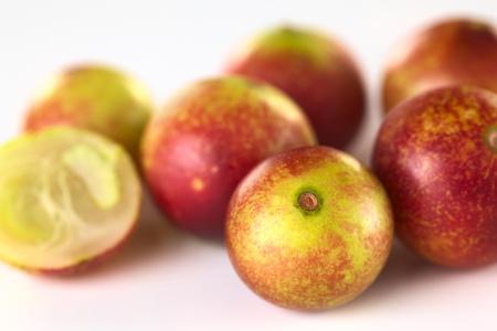 Camu camu fruits rouges (lat. Myrciaria dubia) qui sont cultivés dans la région amazonienne et ont une très haute teneur en vitamine C (sélective Focus, Focus sur le camu camu à l'avant)