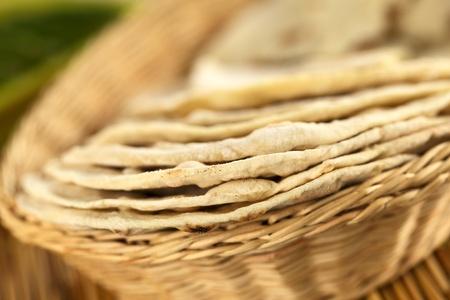 canasta de pan: Pan plano indio llamado chapati en la cesta (enfoque selectivo, foco en el borde delantero de las tres primeras chapati) Foto de archivo