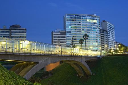 E. Rey Villena pont à Miraflores, Lima, au Pérou dans la soirée Banque d'images