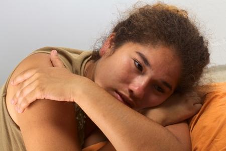 Junge peruanische Frau auf dem Boden liegend auf einem Schlafsack suchen traurig (Tiefenschärfe, Fokus auf dem rechten Auge) Standard-Bild - 13775347