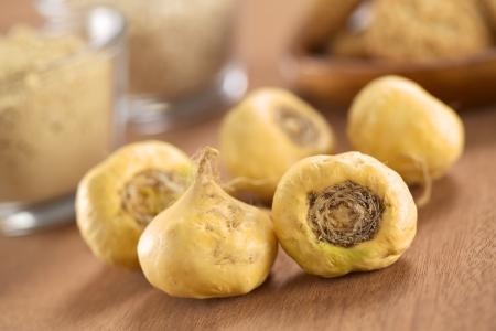 Verse maca wortels of Peruviaanse ginseng (lat. Lepidium meyenii), die populair zijn in Peru voor hun verschillende effecten op de gezondheid (selectieve aandacht, Focus op de maca wortels in de voorkant)