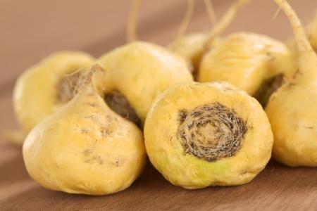 자신의 다양한 건강 효과를 페루에서 인기 신선한 마카 뿌리 또는 페루 인삼 (북 위 다닥 냉이 속 meyenii) (선택적 초점, 전면에있는 마카 뿌리에 초점) 스톡 콘텐츠