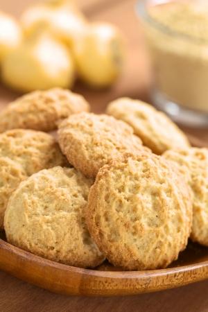 maca: Galletas peruanas hechas con polvo de maca o ginseng peruano (lat. Lepidium meyenii), con ra�ces frescas de maca y harina de maca en la parte posterior (foco selectivo, foco en el frente de las cookies)
