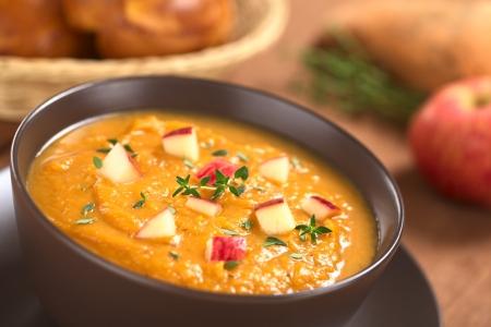 batata: Taz�n de patata dulce casero dulce de manzana y sopa de tomillo (enfoque selectivo, foco en el centro de la sopa)