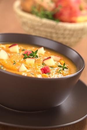 camote: Tazón de patata dulce casero dulce de manzana y sopa de tomillo (enfoque selectivo, foco en el centro de la sopa)