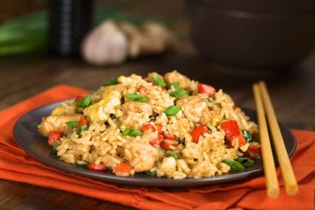 Hausgemachte chinesischen gebratenen Reis mit Gemüse, Huhn und Spiegeleier serviert auf einem Teller mit Stäbchen (Selective Focus, Focus ein Drittel in der Schale) Standard-Bild - 23790965