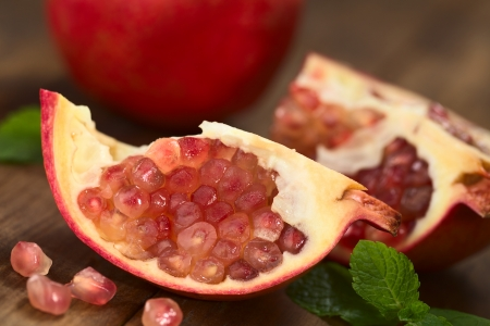 punica granatum: Open pomegranate fruit (lat. Punica granatum) with seeds (Selective Focus, Focus on the lower seeds)