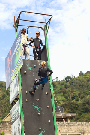 abseilen: Banos, ECUADOR - 25. Februar 2014: Unbekannte Person �ben Abseilen Canyoning an einer Kletterwand am 25. Februar 2014 in Banos, Ecuador. Banos ist eine kleine touristische Stadt bietet eine Menge an Outdoor-Aktivit�ten, wie zum Beispiel Canyoning (Abseilen einen Wasser