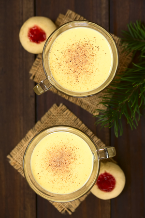 odcisk kciuka: Eggnog with freshly grated nutmeg on the top, thumbprint cookies on the side