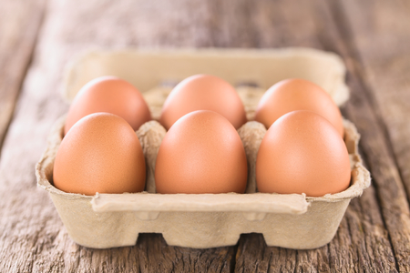 Raw brown eggs in egg box or carton (Very Shallow Depth of Field, Focus on the front of the first eggs) 免版税图像