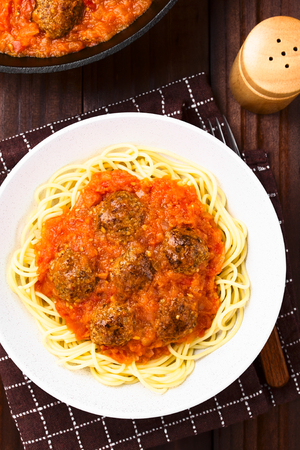 Spaghetti with homemade meatballs and fresh tomato sauce in bowl, photographed overhead Foto de archivo - 123690174