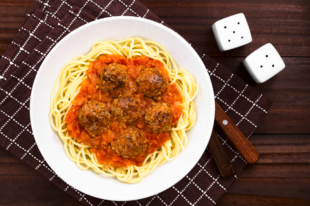 Spaghetti with homemade meatballs and fresh tomato sauce in bowl, photographed overhead Foto de archivo - 123690272