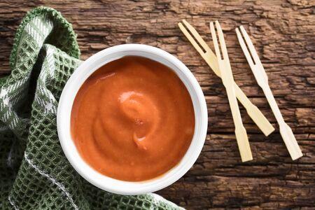 Hausgemachte Bratensauce aus Ketchup und Mayonnaise in Schüssel, über Kopf fotografiert (selektiver Fokus, Fokus auf die Sauce)