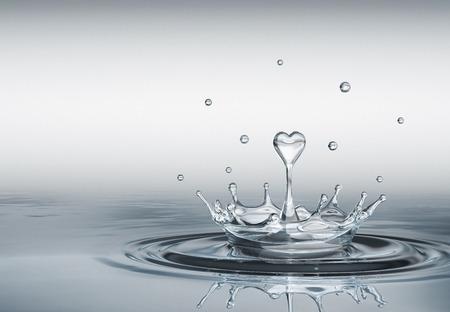Water splash in de vorm van hart Stockfoto