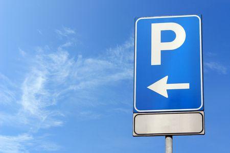 se�al parking: s�mbolo de estacionamiento en el cielo azul, con espacio para texto