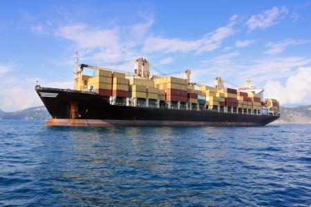 containerschip: container schip buiten haven