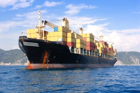 containerschip: vervoer, containers vracht schip uit de haven