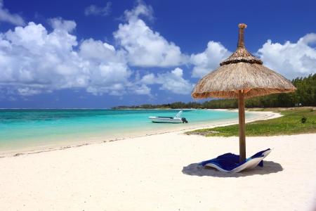 mauritius: stoelen en parasol op tropisch strand  Stockfoto