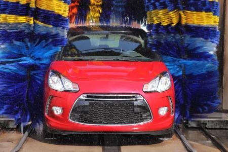 lavado: Sin marca, modificadas, lavado de coches rojo Foto de archivo