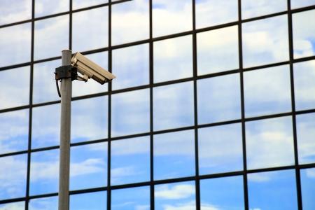edificio cristal: C�mara de seguridad en frente del edificio de cristal Foto de archivo