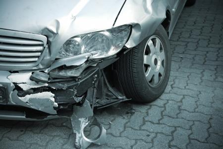 Uszkodzony samochodu po wypadku ulicy Zdjęcie Seryjne