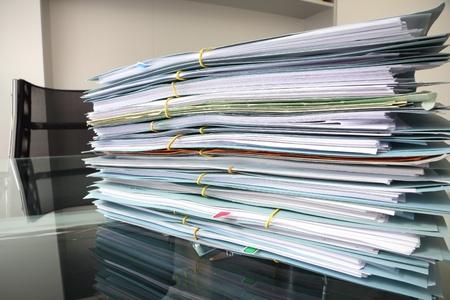 gestion documental: archivo de pila sobre el escritorio de oficina