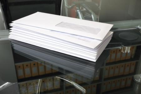 sobres para carta: mont�n de mails de papel en la oficina Foto de archivo