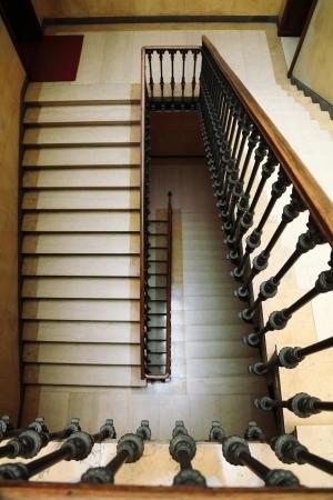 down the stairs: Antiguo escaleras de �poca y cl�sicos Foto de archivo